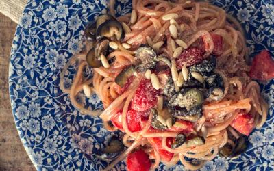 Spaghetti di cetrioli con pomodori e melanzane