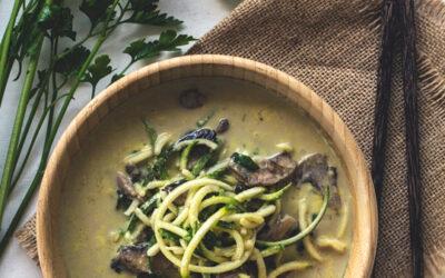 Zuppa al cocco e curry con spaghetti di zucchine e funghi