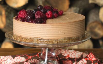 Raw cake speziata con glassa ai frutti rossi